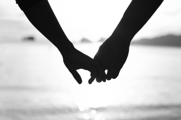 Couples-holding-hands-600x399